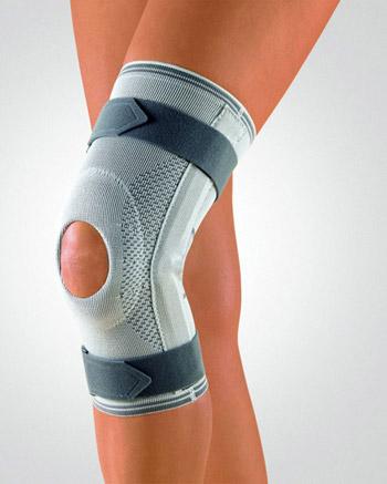 Открытый наколенник, который фиксируется на ноге с помощью эластичных утяжек.