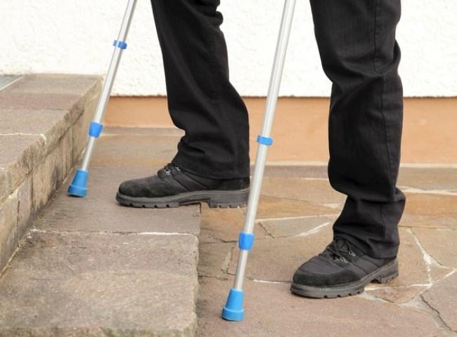 Хождение по ступенькам особенно опасно для людей с ослабленными руками
