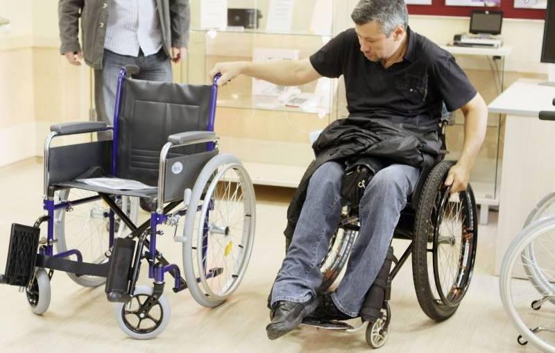Мужчина с ограниченными возможностями выбирает подходящую коляску