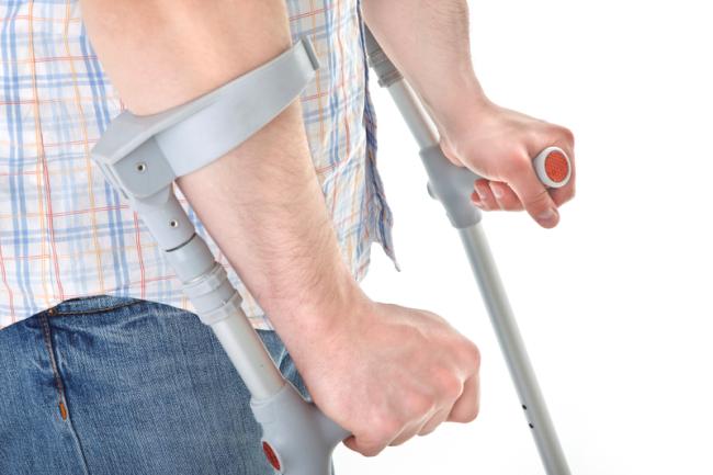 Канадка устроена так, что основная опора приходится на кисть и руку пациента