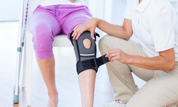 Бандаж и костыли - основные средства реабилитации после вмешательства в колено