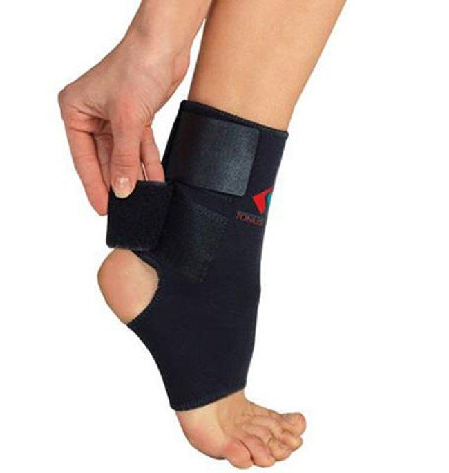 Эластичный голеностопный бандаж практически не фиксирует сам сустав, поэтому он помогает только при травмах мягких тканей