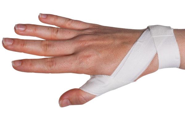 Тейп плотно накладывается на руку, благодаря чему сустав защищается от повреждений