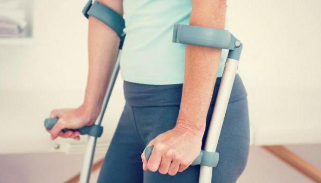Спустя месяц после операции пациенту разрешается ходить с вспомогательными средствами