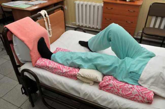 В первые недели пациенту строго запрещено вставать